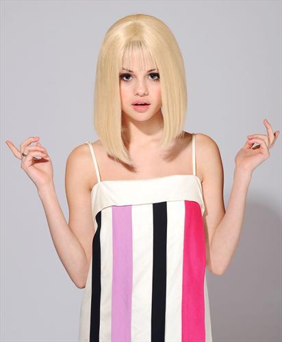 http://cupkake10.files.wordpress.com/2009/06/selena_gomez_in_blonde_wig.jpg